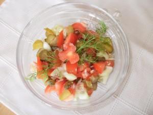 sałatka z ogórka kiszonego, świeżego i pomidora