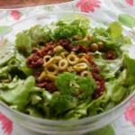 sałata zielona z oliwkami i suszonymi pomidorami