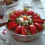 sałata zielona z pomidorami i mozzarellą