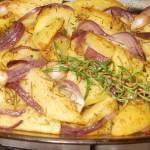 ziemniaki pieczone z czerwoną cebulą i czosnkiem