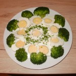jajka w sosie czosnkowym z brokułami