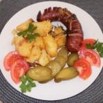 kiełbasa z ziemniakami pieczona