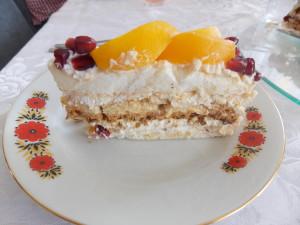 tort bezowy z brzoskwiniami (