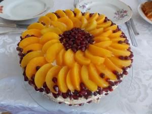 tort bezowy z brzoskwiniami