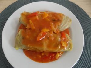 gołąbki z kaszy jęcz drobiu w sosie papryk-cebul