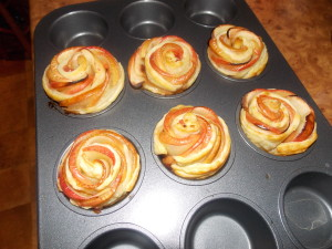 róże z jabłek w cieście francuskim