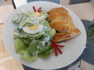 kurczak w cieście francuskim ze szpinakiem
