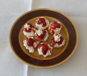 Bezy z kremem, czekolada i fruzelina truskawkowa