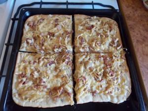 pizza z cebula i boczkiem