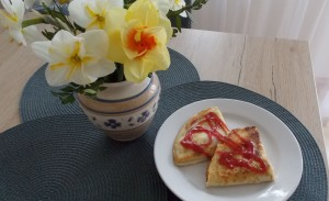 naleśniki z serem, musem jabłkowym i sosem malinowym (2a)