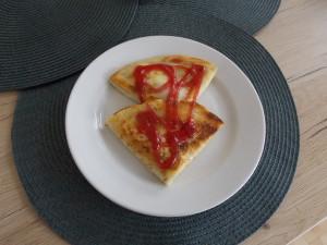 naleśniki z serem, musem jabłkowym i sosem malinowym