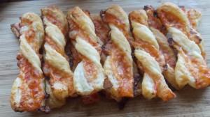 spiralki z ciasta fr z sosem pomidorowym i seremb