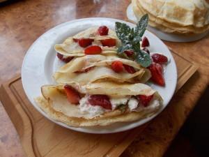 naleśniki z serem truskawkami i miętą (2)