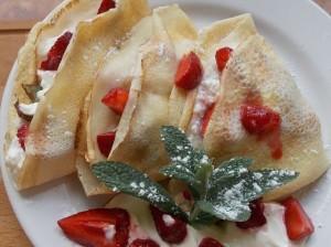 naleśniki z serem truskawkami i miętą (3)