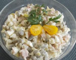 sałatka porowa z szynką, ogórkami, jajkami, groszkiem... (2a)