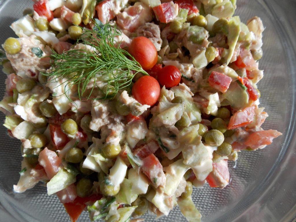 Salatka Z Tunczyka Z Jajkiem Papryka Pomidorem I Salata Lodowa